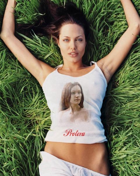 Свое фото на футбоке Анжелины Джоли